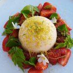 jordgubbar med vild plockade växter
